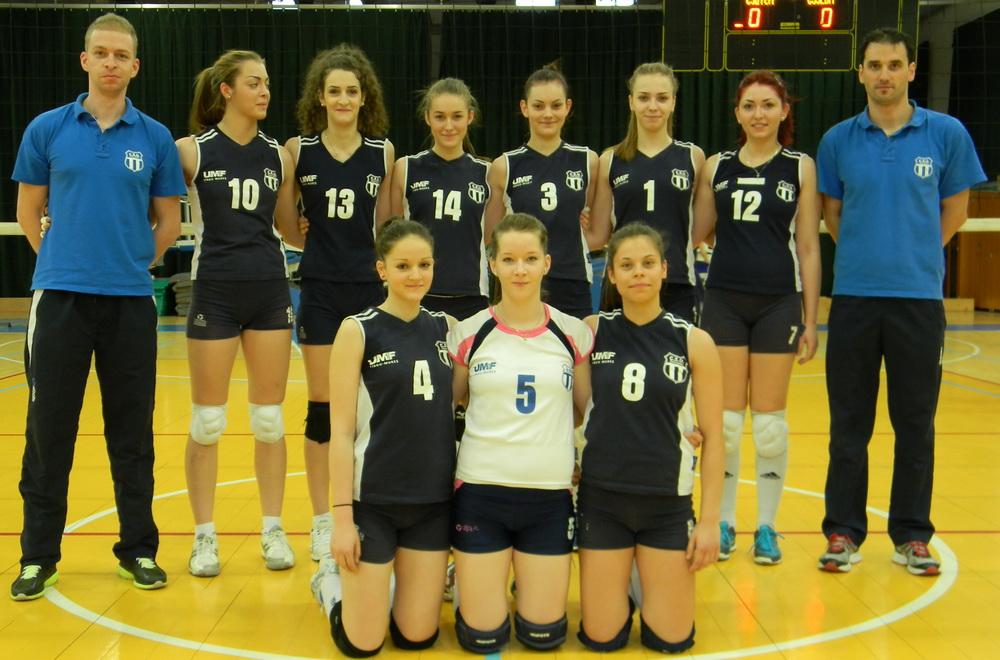 Contingentul timișorean de la Târgu Mureș: Alexandra Cauc (nr. 1), Jasmina Petromăneanț (12), Laura Molnar (5) și Lea Rancz (8), alături de antrenorul Ciprian Dârnescu (în dreapta imaginii)