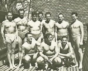 """Echipa națională de polo, în 1949. În rândul de jos, """"Bupsi"""" Novak, flancat de colegii săi de la ILSA, Adalbert Stănescu și Zoltan Hoszpodar. În centru rândului de sus, alți doi timișoreni - Lali Weinreich și Zoltan Norman."""